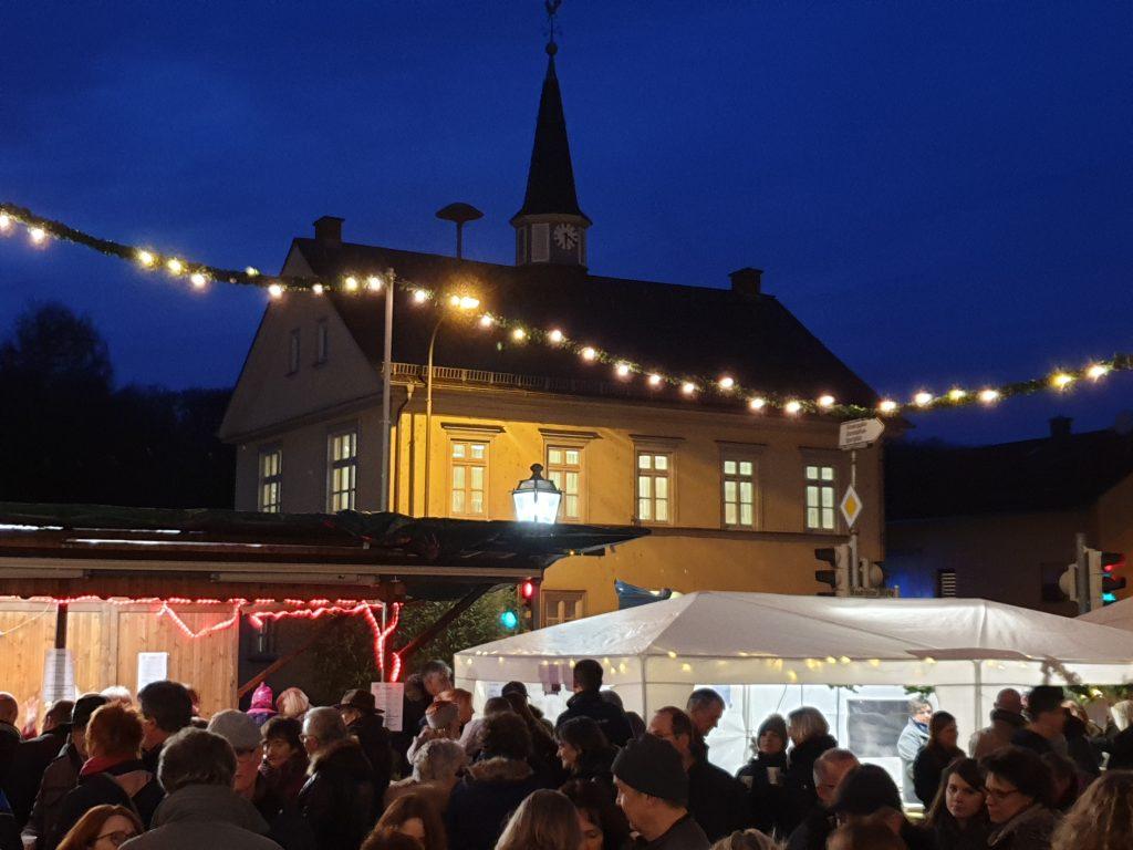 Adventsmarkt mit Alter Schule im Hintergrund
