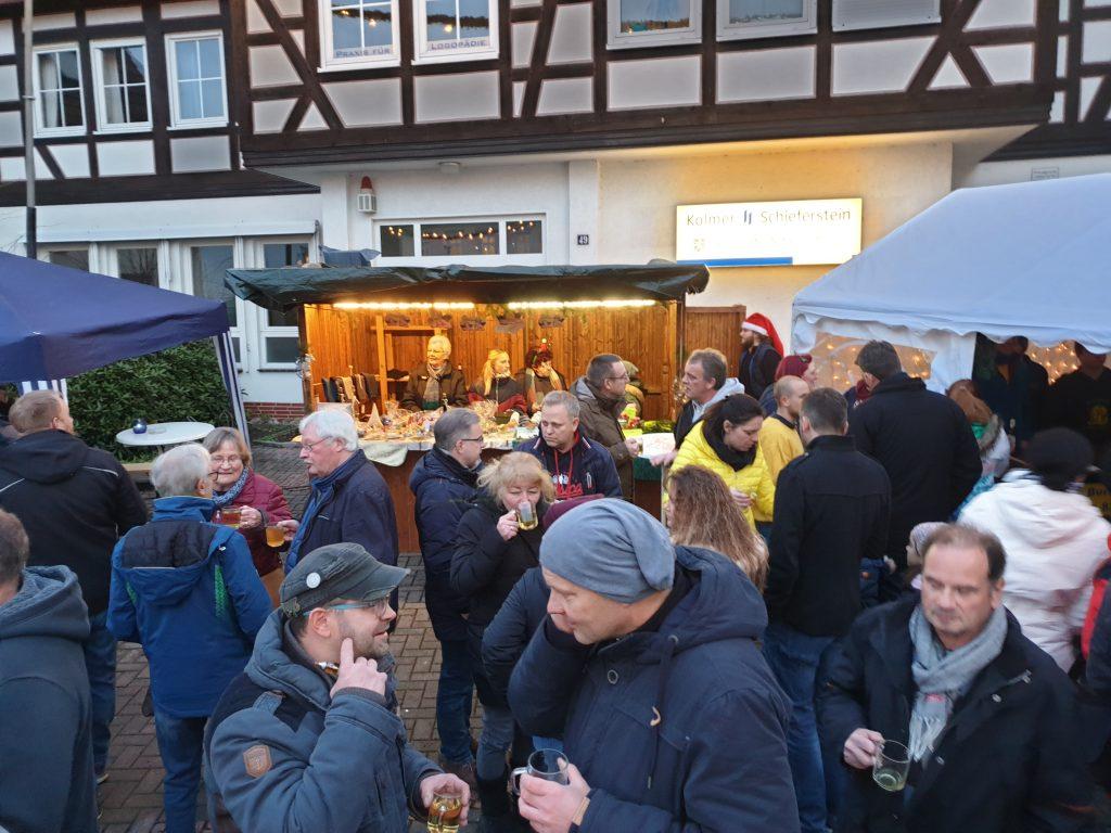 Menschen vor der Stand der evangelischen Kirchengemeinde Oberndorf
