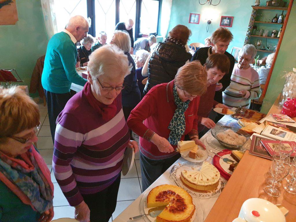 Teilnehmende am Mittwochstreff beim Kuchenessen
