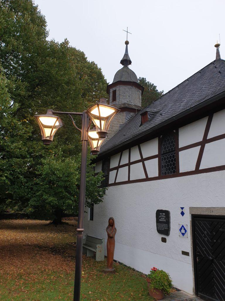 Lampe vor der Kirche